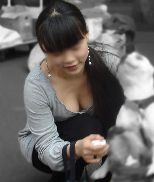 【胸ちら】乳輪も乳首も見えてる驚異のムネチラ画!しゃがんだその時を逃さない!!素人の胸チラ
