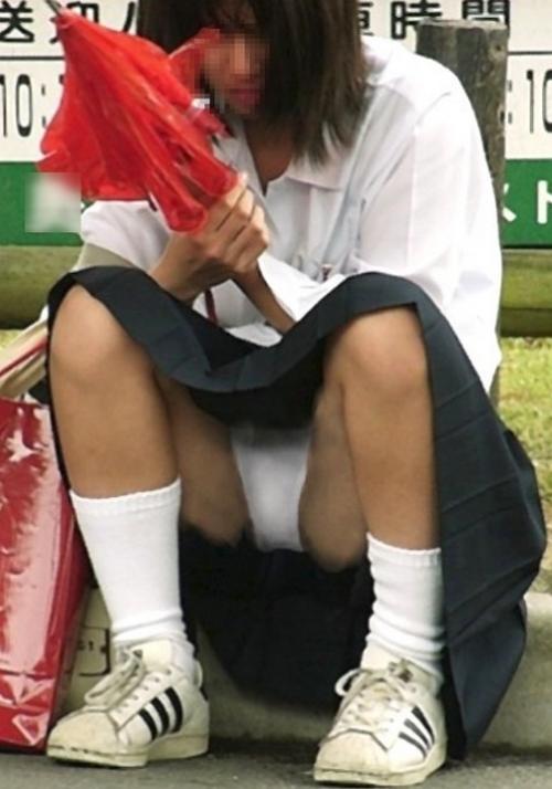 【JKしゃがみパンチラエロ画像】しゃがんでスカート内を見せつける女子校生